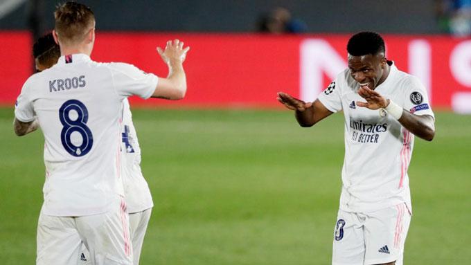 Vinicius cúi đầu khi ăn mừng với Kroos