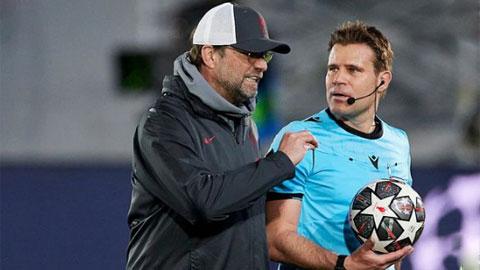 Sau trận HLV Klopp đã gặp trực tiếp trọng tài Brych để cáo buộc ông xử ép Liverpool