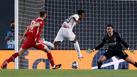 Vinicius trong tình huống băng xuống dũng mãnh để ghi bàn mở tỷ số trước Liverpool
