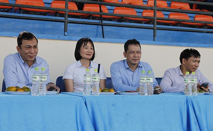 Phó Chủ tịch thường trực LĐBĐVN Trần Quốc Tuấn (ngoài cùng bên trái) dự khán trận đấu giữa TP Hồ Chí Minh vs Phong Phú Hà Nam và lễ trao giải.