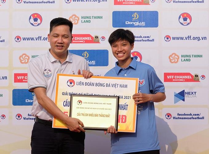 Ông Đỗ Văn Nhật – Phó Trưởng Ban Bóng đá Nữ LĐBĐVN trao giải cầu thủ ghi nhiều bàn thắng nhất cho Vũ Thị Hoa (41, Hà Nội Watabe).