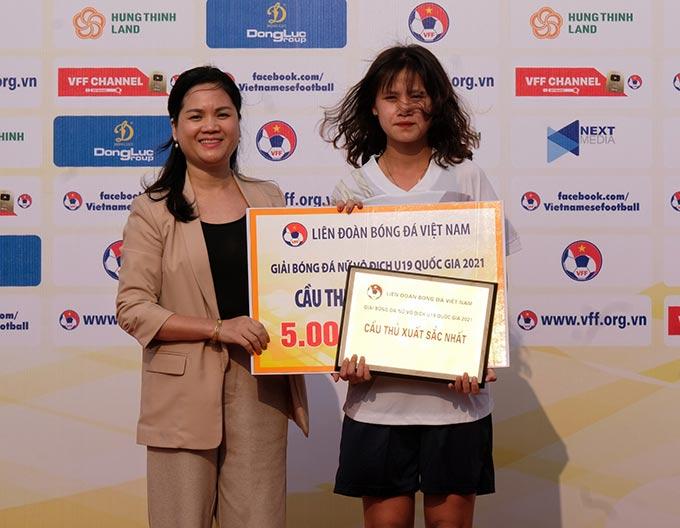 Bà Nguyễn Thanh Hà – Phó Tổng Thư ký LĐBĐVN – Trưởng BTC giải trao giải cầu thủ xuất sắc nhất cho Trần Nhật Lan (11, Than KSVN).