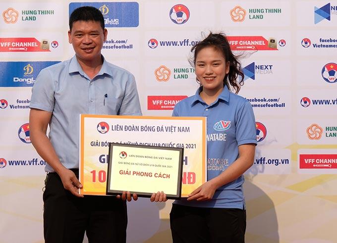 Ông Hà Anh Chiến – Phó Giám đốc Trung tâm Văn hoá, Thông tin và Thể thao Thanh Trì trao giải phong cách cho đại diện đội Hà Nội Watabe.