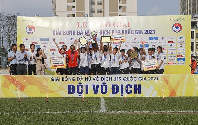19 nữ Than KSVN đã thi đấu ấn tượng và xuất sắc để lên ngôi Vô địch tại giải bóng đá Nữ Vô địch U19 Quốc gia 2021. Với thành tích ấn tượng này, thầy trò HLV Cao Chí Thành cũng đã được đại diện Tập đoàn Than KSVN trực tiếp trao phần thưởng 100 triệu đồng tại lễ bế mac.