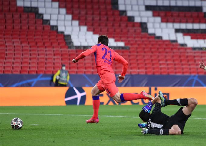 Chilwell ấn định tỷ số 2-0 của trận Porto vs Chelsea