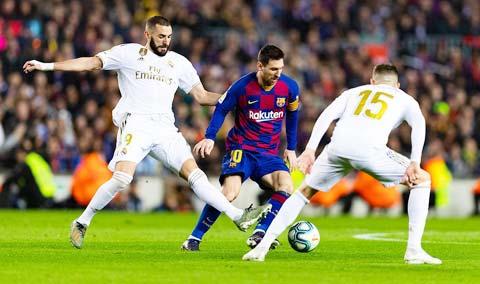 Benzema cùng các đồng đội tại Real Madrid rất dè chừng Messi (giữa)