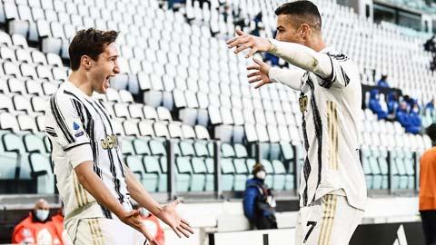 Ronaldo (phải) ăn mừng bàn thắng vào lưới Napoli ở vòng đấu bù rạng sáng qua