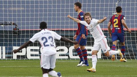 Modric (áo trắng) và đồng đội đủ sức đánh bại kình địch Barca thêm một lần nữa
