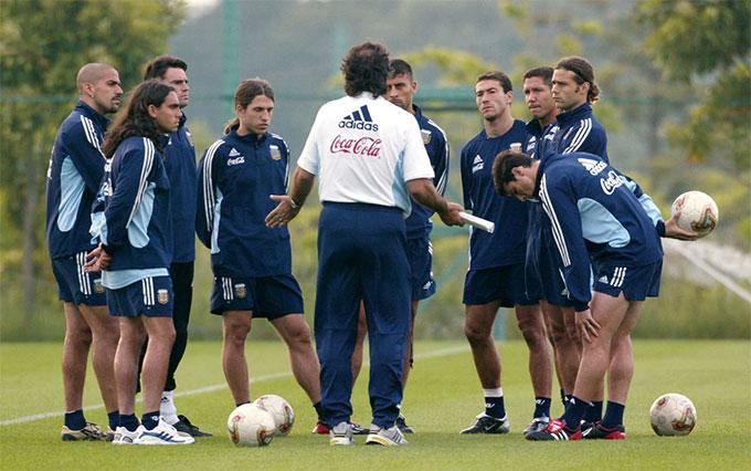 Pochettino và Simeone chú ý lắng nghe từng lời của Bielsa tại World Cup 2002