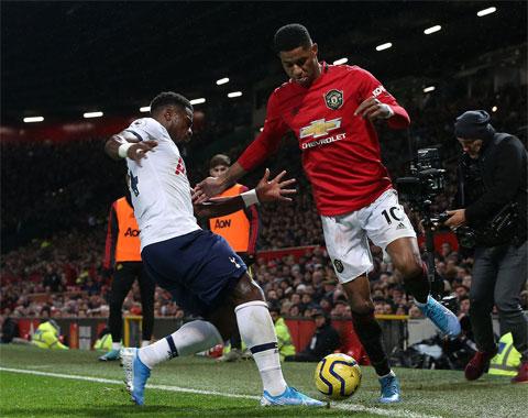 Với phong độ ổn định hơn, M.U (phải) sẽ vượt qua Tottenham ngay trên sân đối phương