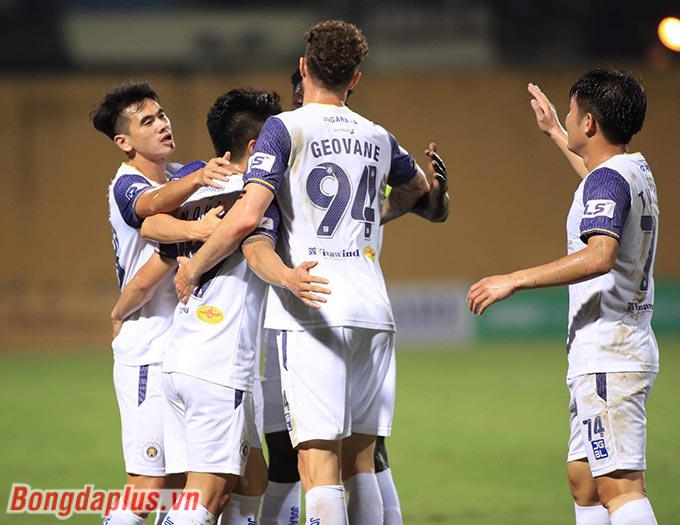 Quang Hải ghi dấu ấn trong 2 bàn thắng của Hà Nội FC trước Than Quảng Ninh - Ảnh: Phan Tùng
