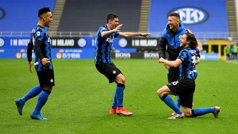 Darmian (phải) chia vui cùng đồng đội sau bàn thắng muộn giúp Inter đánh bại Cagliari
