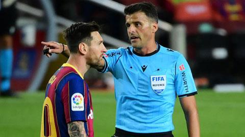 Messi phàn nàn với trọng tài Manzano trong một tình huống ở cuối trận