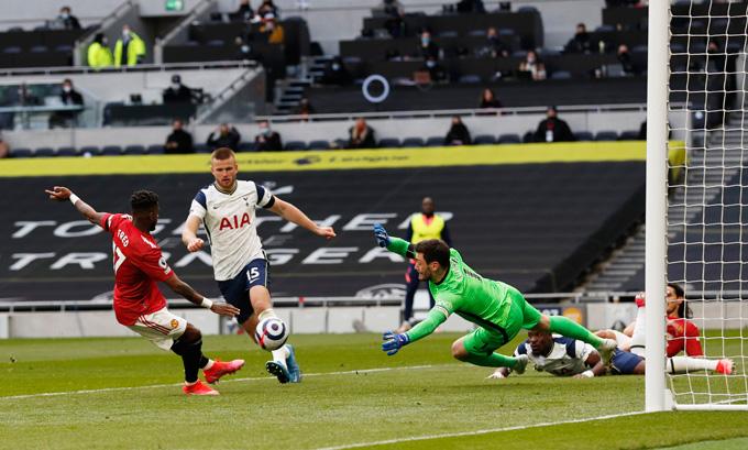 Fred gỡ hòa 1-1 trận Tottenham vs MU ở phút 57
