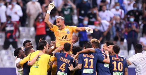 Navas ăn mừng cùng đồng đội
