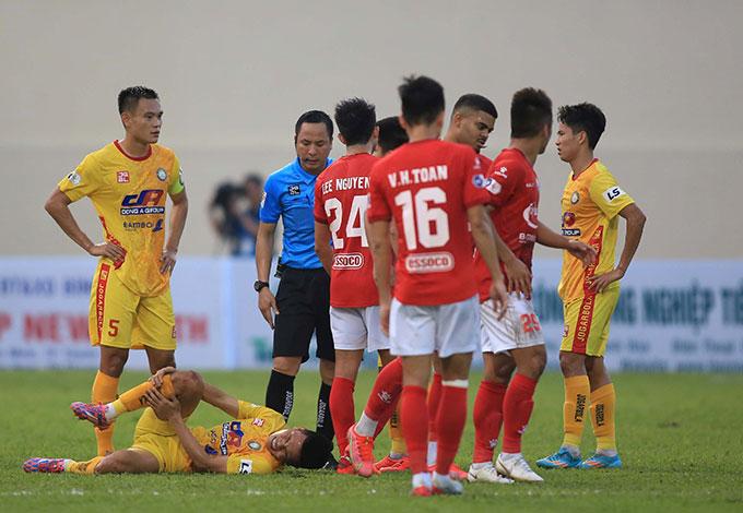 Trận đấu giữa Thanh Hóa và TP.HCM có rất nhiều pha phạm lỗi nhưng trọng tài Nguyễn Viết Duẩn chưa thực sự nghiêm khắc với cầu thủ. Ảnh: Minh Tuấn