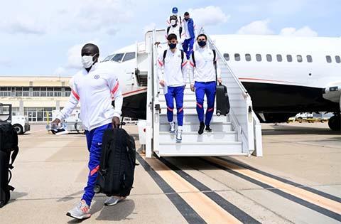 Các cầu thủ Chelsea đáp chuyến bay tới Seville tối 12/4