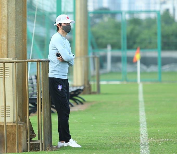 Buổi tập của Hà Nội FC được một người Hàn Quốc theo dõi từ đầu đến cuối. Đây được cho là HLV Park Choong Kyun, người sẽ dẫn dắt Hà Nội FC trong thời gian tới