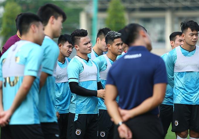 Quang Hải cùng các đồng đội được nhắc nhở kỹ lưỡng về đấu pháp nhằm có sự chuẩn bị tốt khi gặp đội đầu bảng HAGL