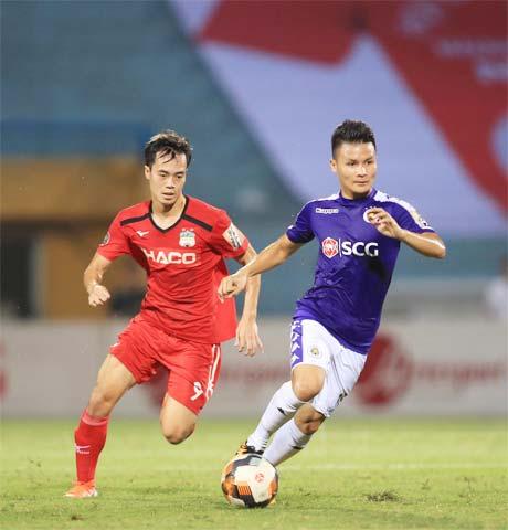 Văn Toàn (trái) và đồng đội quyết tâm cải thiện thứ hạng khi đối đầu Hà Nội FC Ảnh: Minh Tuấn