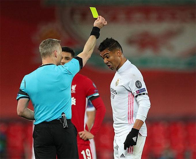 Casemiro chỉ phải nhận thẻ vàng sau pha phạm lỗi với Milner