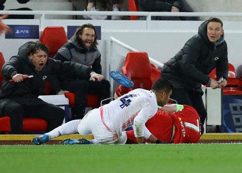 Pha vào bóng của Casemiro với Milner diễn ra ngay trước mặt BHL của Liverpool
