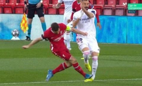 Milner phạm lỗi thô bạo với Benzema nhưng không bị thổi phạt
