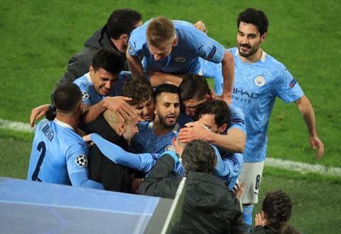 HLV Pep và các cầu thủ Man City ăn mừng