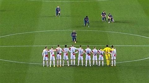 """Alexandre Lacazette """"đốn tim"""" fan Rangers bằng màn quỳ gối trước trận Arsenal hủy diệt Slavia Praha"""