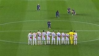 Lacazette 'gây bão' với màn quỳ gối trước trận Arsenal hủy diệt Slavia Praha
