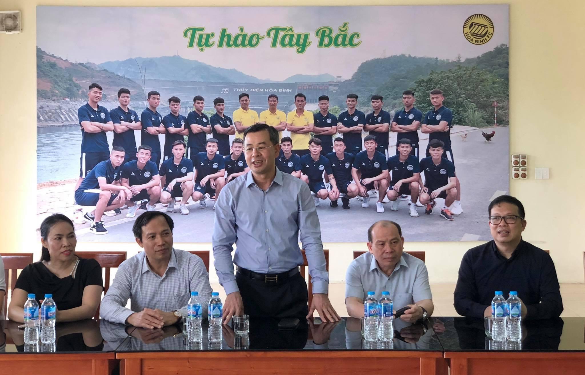 Ông Ngô Văn Tuấn, Bí thư Tỉnh ủy Hòa Bình đến thăm động viên CLB Hoà Bình