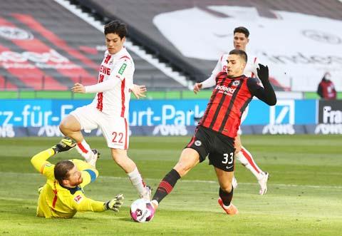Nhiều khả năng Andre Silva (áo sẫm) sẽ lại ghi bàn để đem về chiến thắng cho Frankfurt