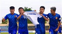Cầu thủ Quảng Nam gây xúc động khi tri ân HLV Thành Công