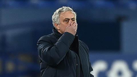Mourinho cười méo xệch khi được hỏi về quả phạt đền của Everton