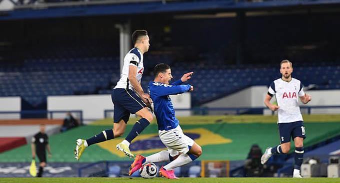 Trọng tài nặng tay khi thổi 11m cho Everton ở pha bóng Reguilon phạm lỗi với James?