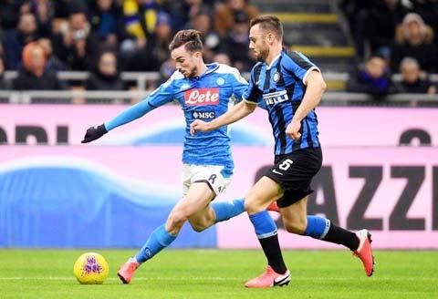 Trên sân nhà, Napoli (trái) đủ sức ngăn cản bước tiến của đội đầu bảng Inter