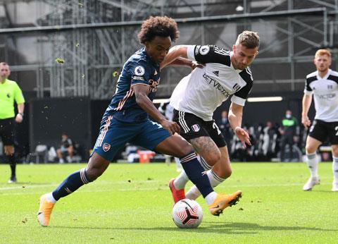 Fulham (áo trắng) khó có thể gây bất ngờ trước Arsenal