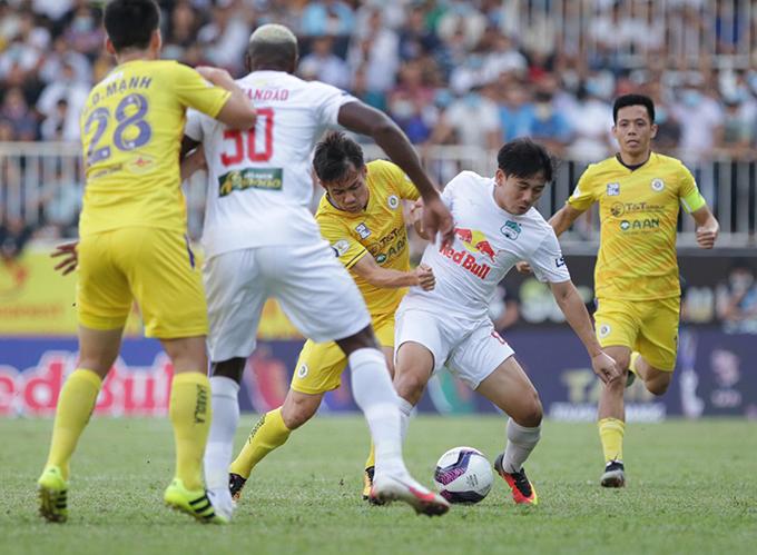 HAGL (trắng) giành trọn 3 điểm trước Hà Nội - Ảnh: Anh Khoa