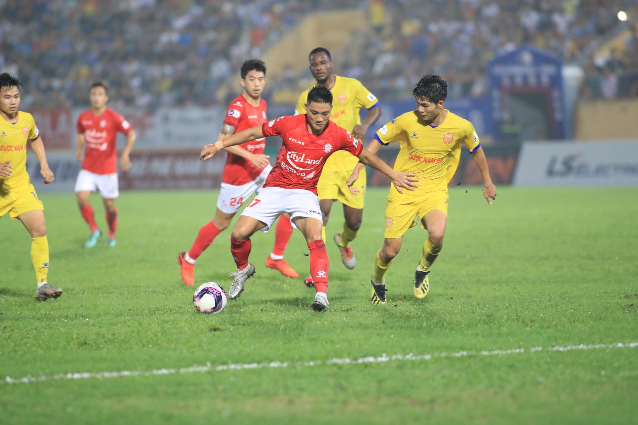Trận đấu Nam Định vs TP.HCM diễn ra hấp dẫn, kịch tính - Ảnh: Phan Tùng