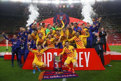 Toàn đội Barca ăn mừng chức vô địch Cúp Nhà Vua 2020/21