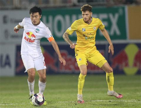 Xuân Trường (trái) ghi bàn thắng duy nhất giúp HAGL củng cố ngôi đầu  Ảnh: Minh Trần