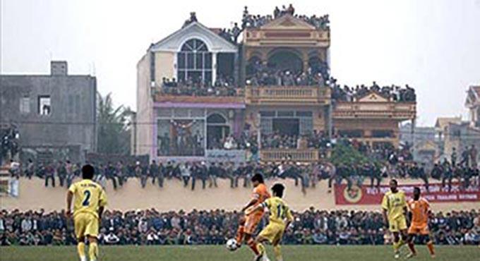 """Năm 2007, sân Thanh Hoá từng bị """"vỡ"""" do không kiểm soát được lượng khán giả vào sân"""