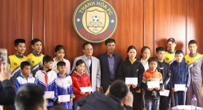 Hồi đầu mùa giải, đội Thanh Hoá đã trao tặng quà cho nhiều trẻ em có hoàn cảnh khó khăn