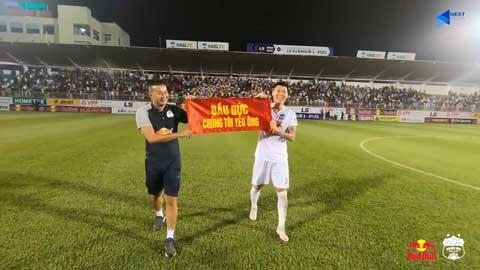 Trung vệ Kim Dong Su và trợ lý của Kiatisak thể hiện tình cảm với bầu Đức