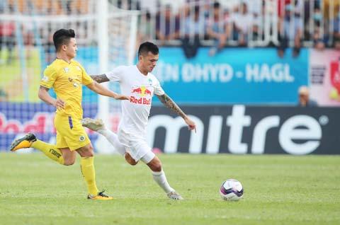 Hữu Tuấn và đồng đội đã đứng vững trước sức ép của các cầu thủ tấn công bên phía Hà Nội FC - Ảnh: Minh Trần