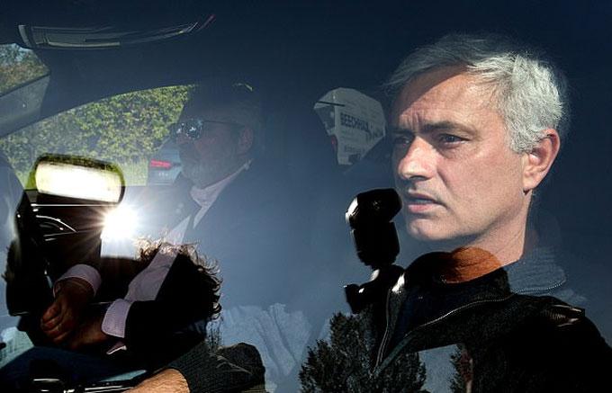 Mourinho lái xe rời Tottenham