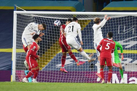 Bàn thua ở cuối trận trước Leeds khiến Liverpool (áo sẫm) không thể chen chân vào Top 4 của Premier League lúc này