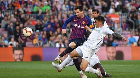 Getafe (áo trắng) sẽ không thể cản được bước tiến của Messi và đồng đội