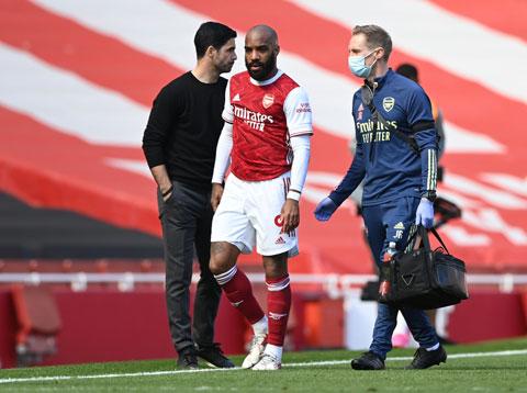 Lacazette tập tễnh rời sân sau khi gặp chấn thương ở trận đấu với Fulham  mới đây