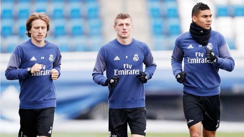 Modric và Kroos (từ trái qua) chấn thương khiến hàng tiền vệ 3 người của Real Madrid chỉ còn mình Casemiro lành lặn